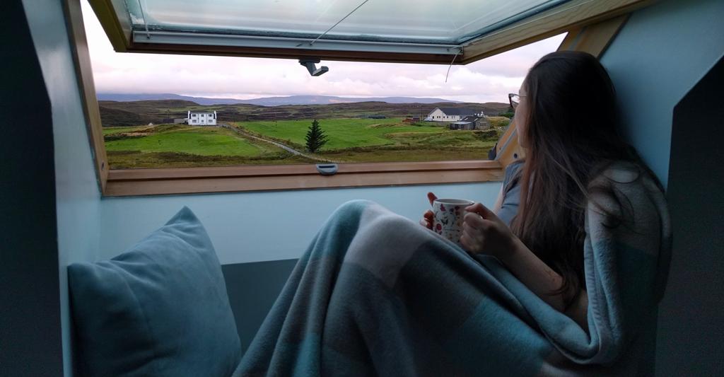 À la fenêtre de notre B&B à l'Île de Skye en Écosse lors de notre voyage de septembre 2017.