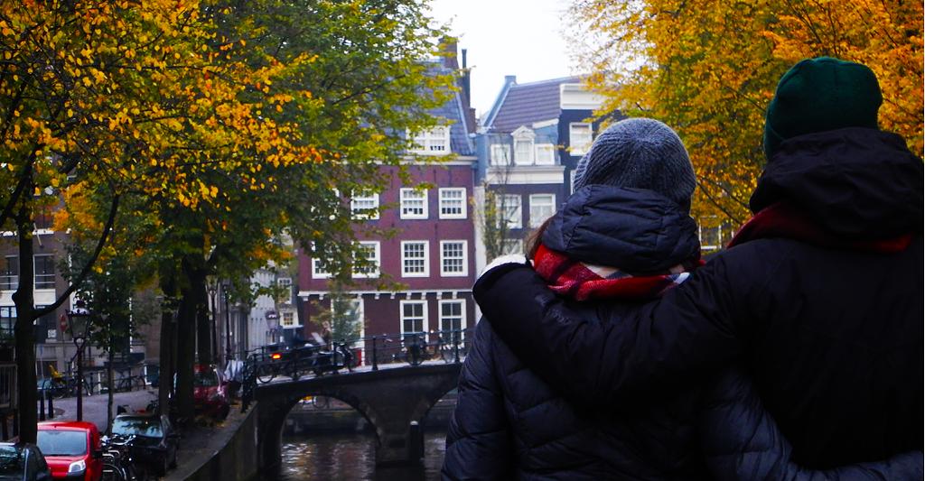 Une amie et moi sur le pont d'un des nombreux canaux d'Amsterdam