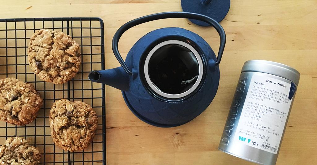 Biscuits moelleux aux brisures de chocolat (version allégée) de Ricardo et thé chaï citrouillé de David's tea. De vraies délices!