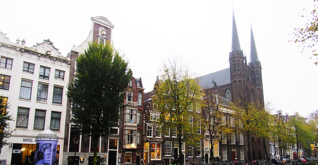 Une autre belle rue qui longe un des canaux d'Amsterdam.